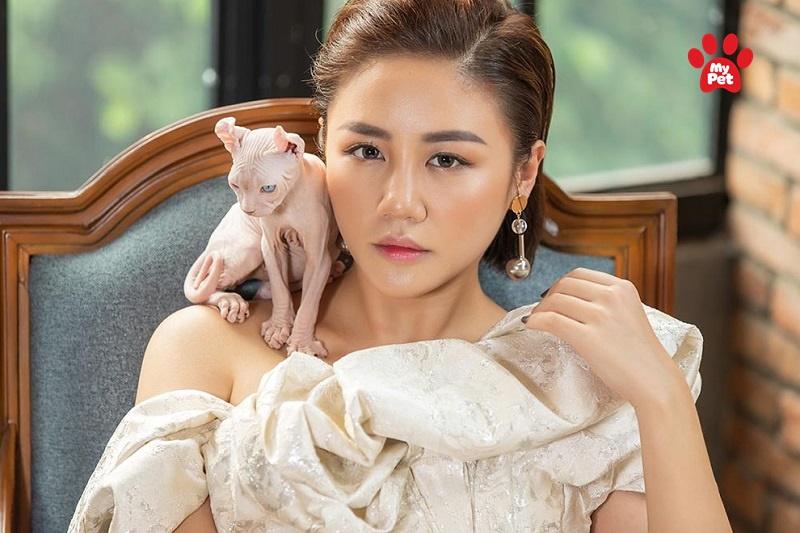 Chú mèo độc lạ của Văn Mai Hương